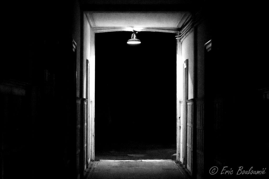couloir et lumi re vers la nuit noire eric bouloumi portfolio photo d 39 un auteur. Black Bedroom Furniture Sets. Home Design Ideas